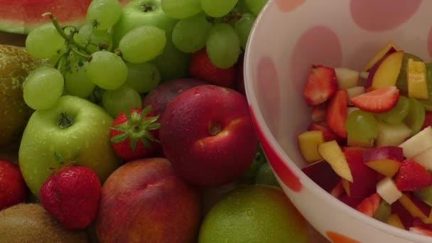 Čerstvý ovocný salát na talíři