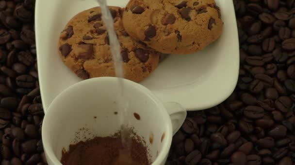 Bílý šálek s kávou a okolí pohár leží kávová zrna