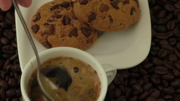 Fehér kávé csésze kávé, és ezen a környéken: a kupa fekszik szemes kávé