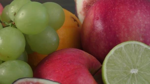 škálu čerstvého ovoce v míse