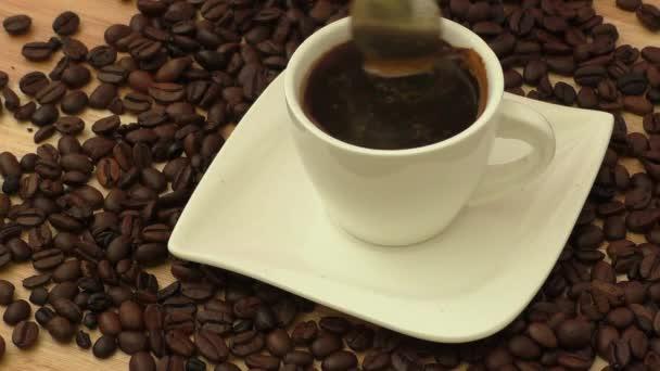 Kávé csésze és csészealj egy fa asztalon