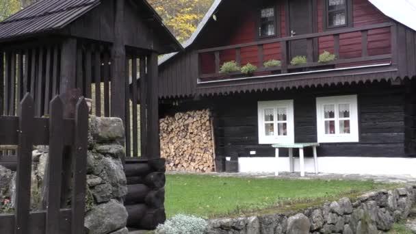 Krásný dřevěný dům v létě