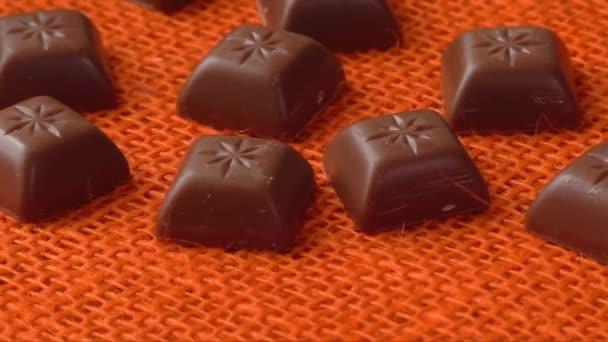 Čokoládové bonbony oranžové pozadí