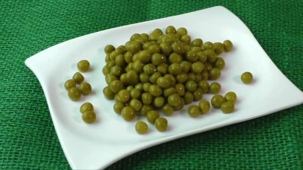 Grüne Erbsen auf einem weißen Teller