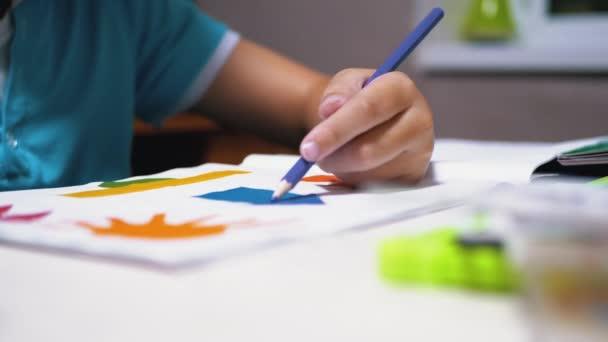 Ručně kreslí dítě s barevnými tužkami doma. Home Školství, Koncepce vzdělávání