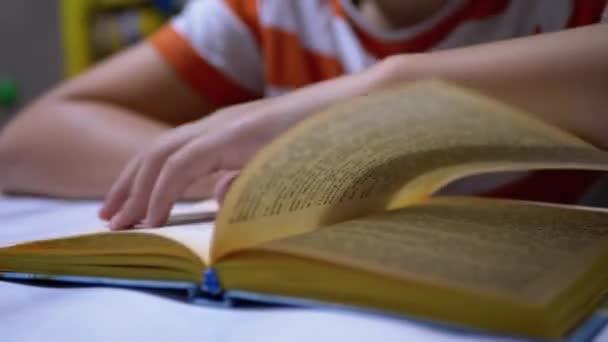 Kezek Gyermek Lapozás Könyv. A gyermekek elszigeteltsége otthon. Leolvasás