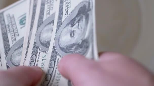 Viele verteilen American Bills in den Händen. Banknoten einhundert US-Dollar