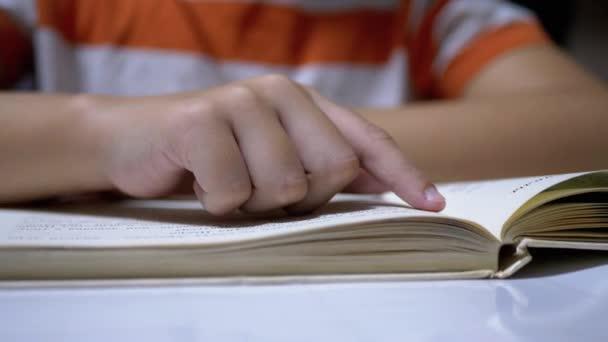 Child Funs Ujj mentén oldal könyv és olvasás gyorsan. Távoli olvasás otthon