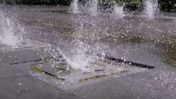 Městská fontána v parku. Proudy vody stoupají a klesají.
