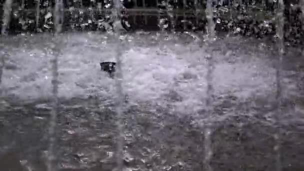 Vodní trysky z městské fontány v parku. Zpomal. Zavřít
