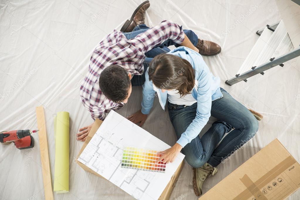 Couple dans la nouvelle maison, choix des couleurs de peinture ...