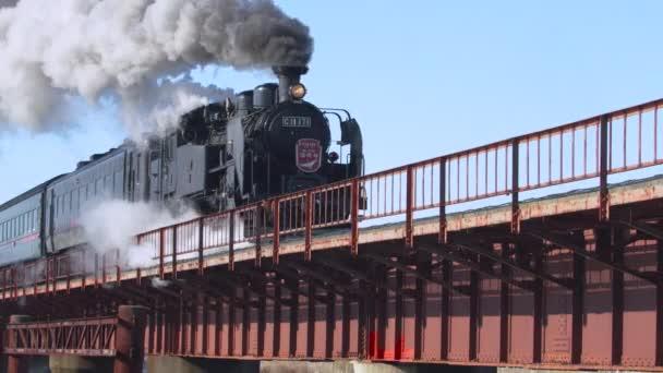 Hokkaido Japan - Circa 2020 Vintage parní vlak překračuje most v zimě. Pomalý pohyb. RED Camera.