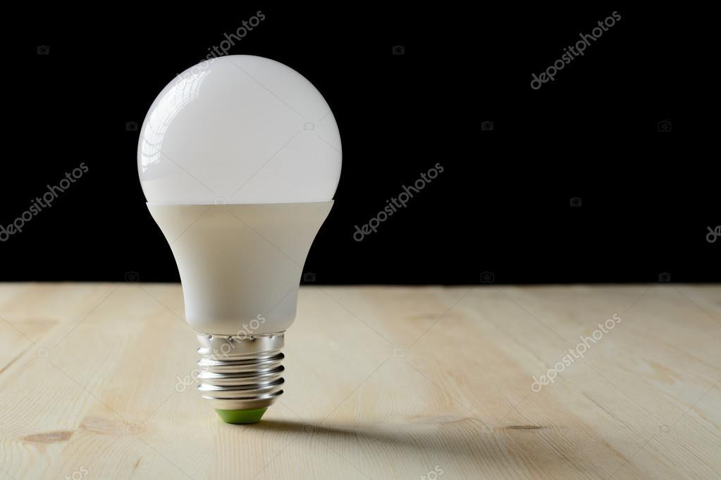 Led staande lamp op een houten tafel u stockfoto ramif