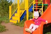 kleines Mädchen spielt im Sommer auf dem Spielplatz