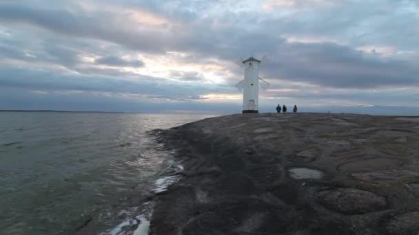 Vchod a vlnolamu k přístavu Świnoujście, Polsko