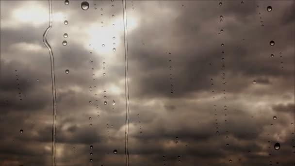 Bouřkové mraky letí rychle deštivé oknem, zavřete zobrazení