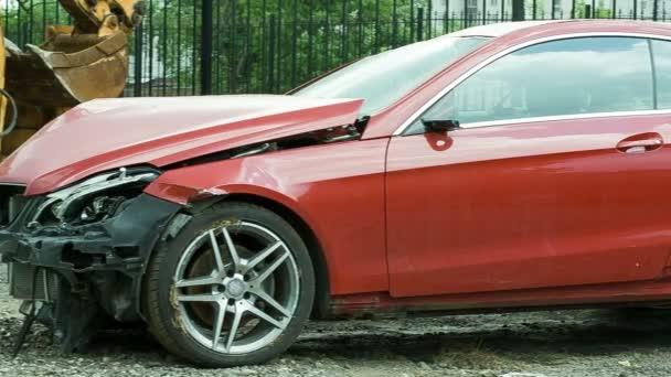 Nuova auto di lusso rosso che si è schiantata da un guidatore ubriaco