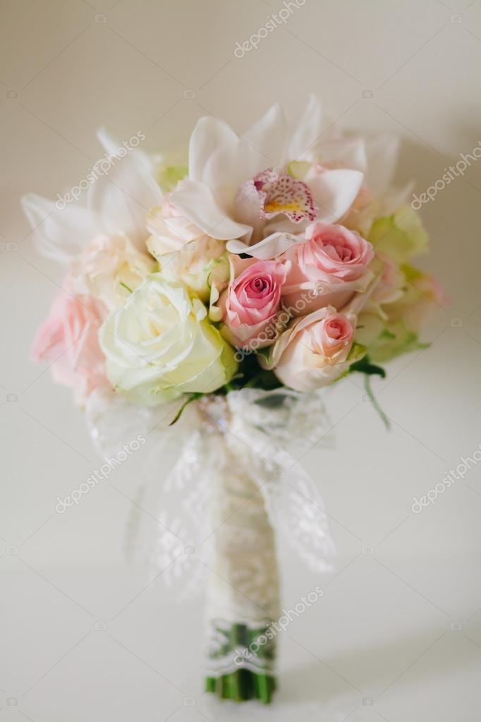 Hochzeitsstrauss Mit Orchideen Und Rosen Stockfoto C Shevtsovy