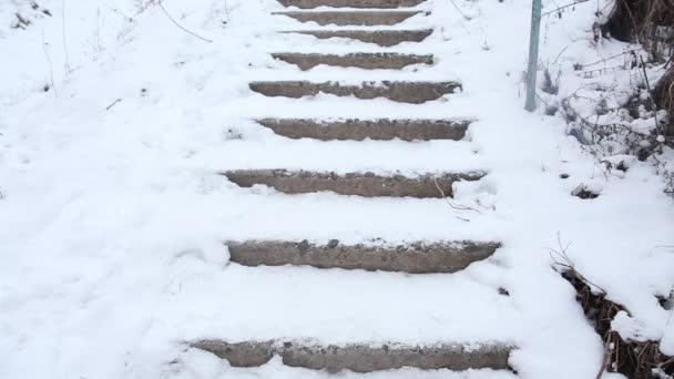 Férfi zuhan a törött lépcsők