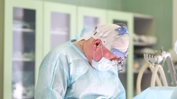 Chirurg kosmetické operaci prsou v nemocnici operační sál. Mammoplasty