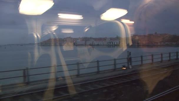 Pohled z okna vlaku, přejezd mostu Benátky
