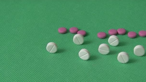 Pillen auf grünem Hintergrund