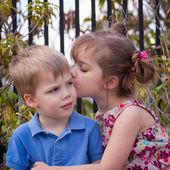 Fotografie kleines Mädchen küssen ihr Bruder