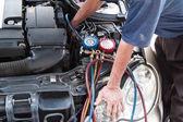 Mechanik s manometrem kontrolní auto vozidla klimatizaci co