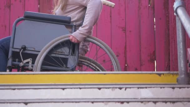 Rollstuhlfahrer auf Stufen rückwärts