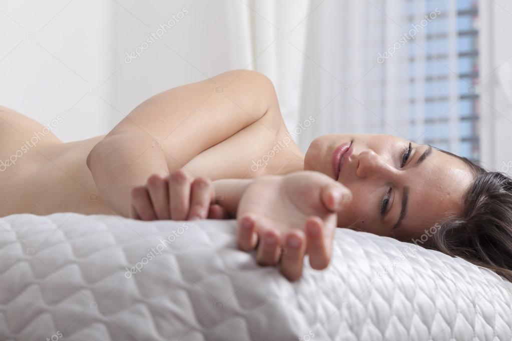 Verträumte nackte Frau im Schlafzimmer — Stockfoto ...