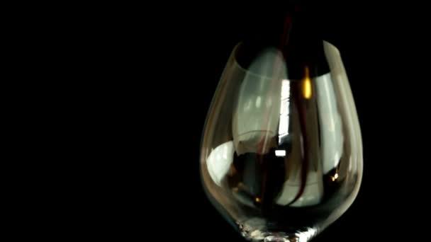 Naplnění sklenice na červené víno