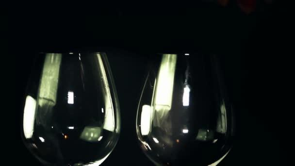 两杯红葡萄酒被浇