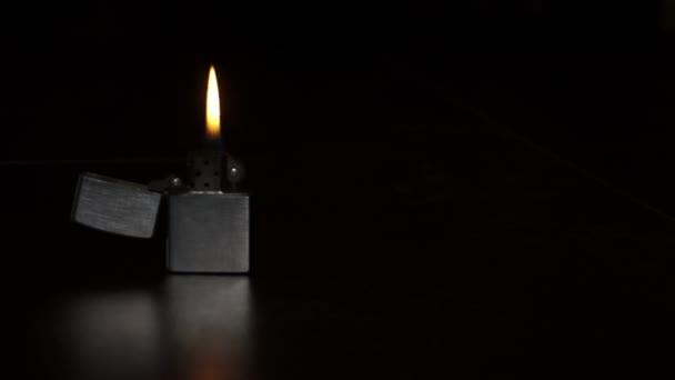hořící zapalovač na černém pozadí