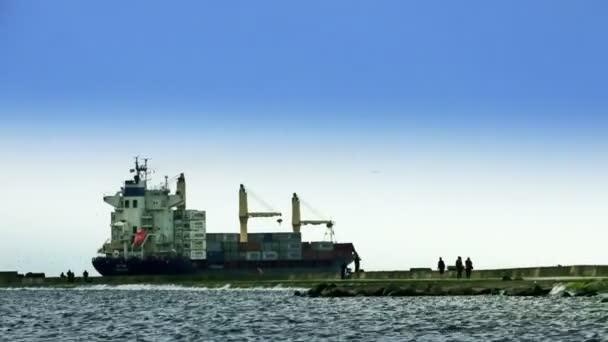 Kontejnerových plachet. Anonymní lidé pěšky podél krtek
