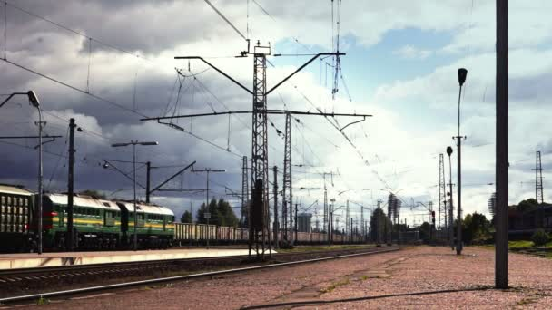 Dvě protijedoucí nákladní vlaky