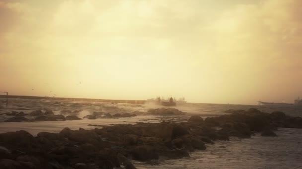 Západ slunce na vlnolamu do moře