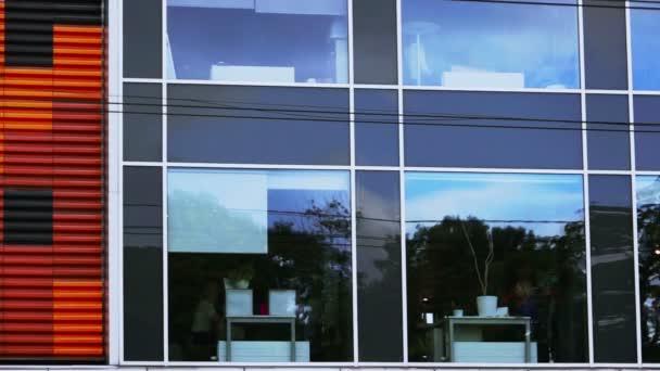 Zaměstnanci úřadu pro anonymní oknem