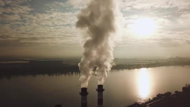 Aus dem Heizungsrohr dringt weißer Dampf, Rauch steigt in den Himmel. Stadtbild.