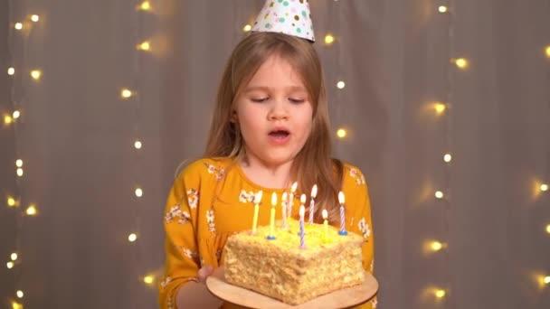 šťastná holka s narozeninovým dortem. tradici si přát a uhasit oheň