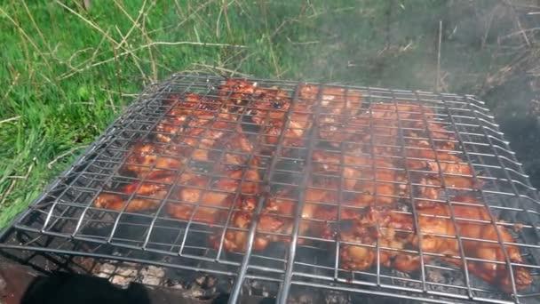 Főzés grill csirke a tűz