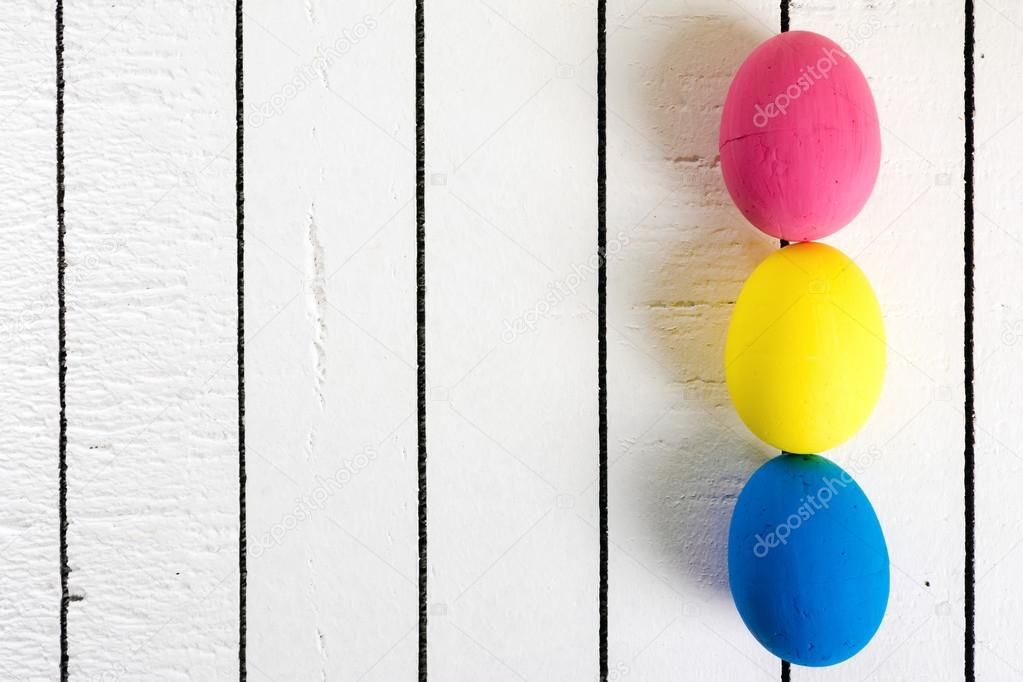 Poliestireno ecológico colores Pascua huevos sobre un fondo blanco ...