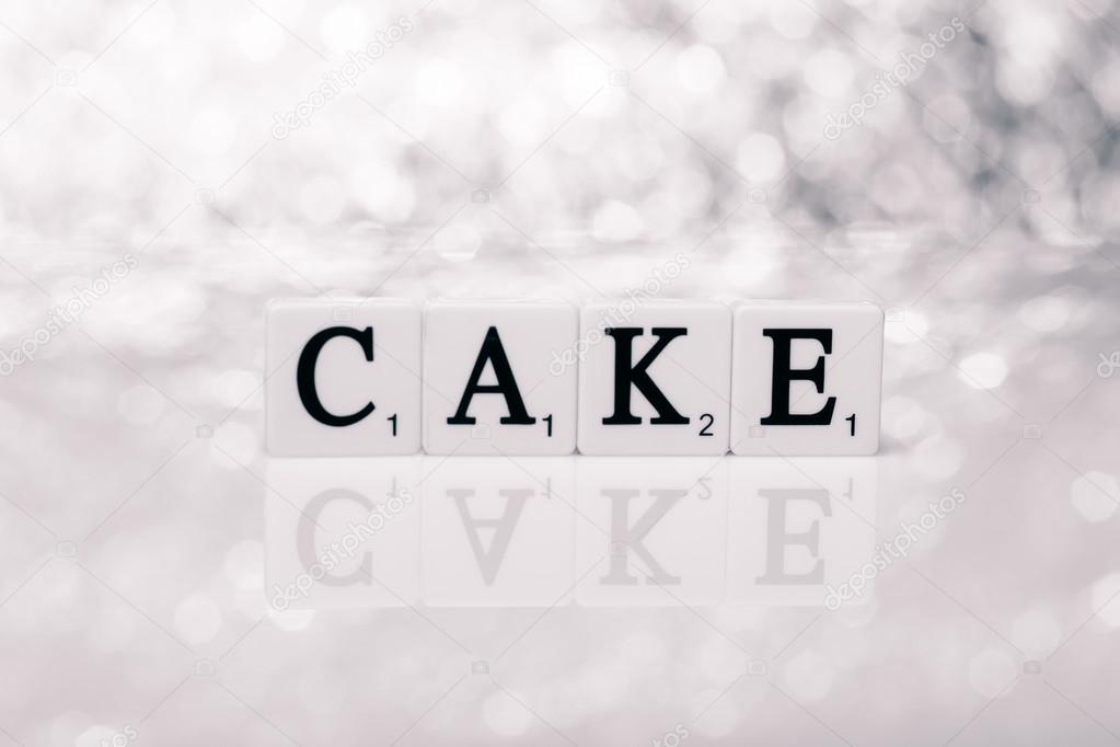 Parola di piastrelle con lettere torta scritta u foto stock