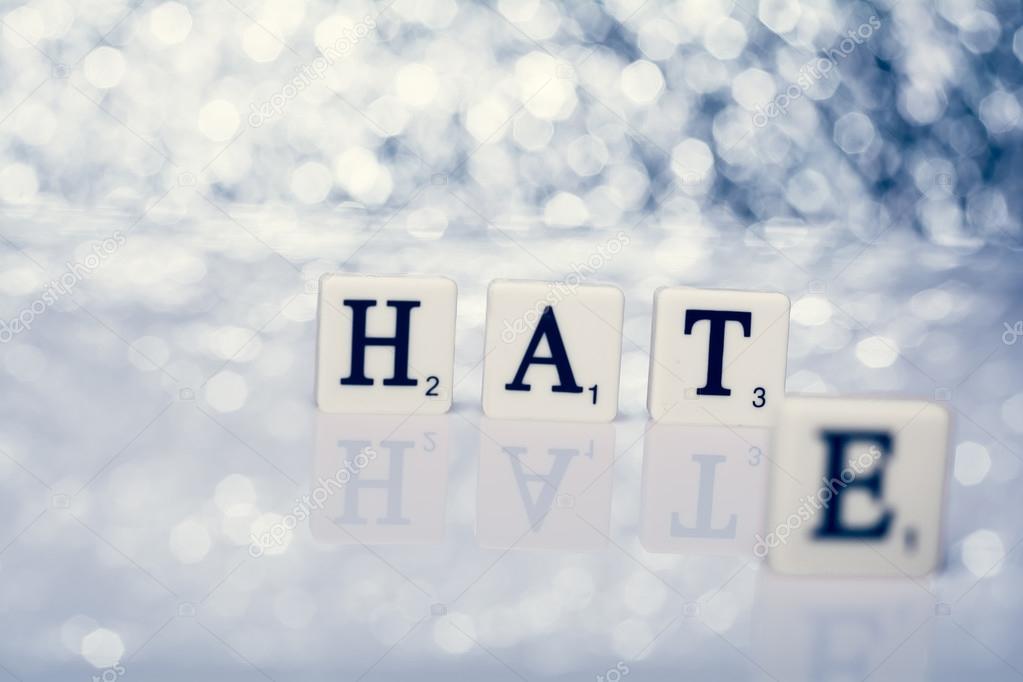 Parola scritta di piastrelle con lettere cappello o odio u foto