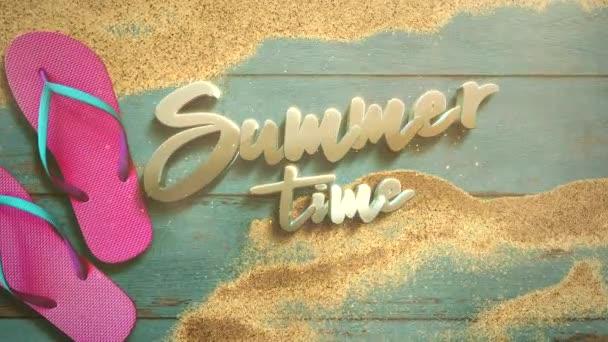 Animovaný text Léto Čas a detailní písečná pláž se sandálem na dřevě, letní zázemí