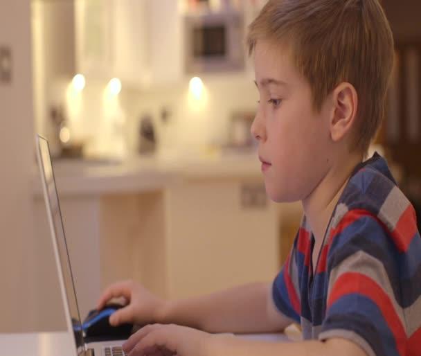 Fiatal fiú szerkezet-ra-a laptop otthon