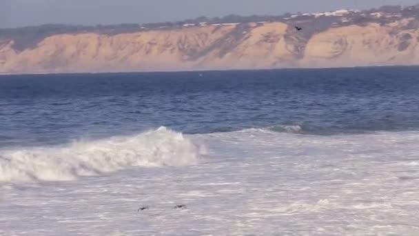 Óceáni hullámok összeomlik alakzatot a partvonala