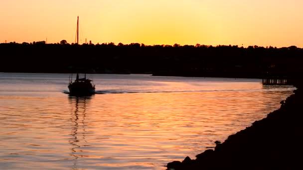 Luxus yacht, vitorlázás a Csendes óceánon napkeltekor