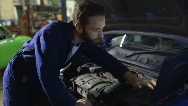 Szakmai autószerelő dolgozik, az automatikus javítási szolgáltatás.