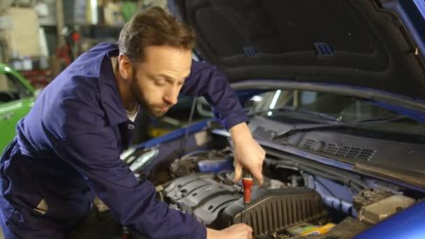 Javítása a garázsban egy autó-motor szerelő portréja
