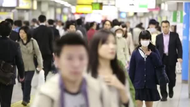 Tokyo, Japonsko - cca 2013: Davy lidí dojíždějících ranní procházky do práce